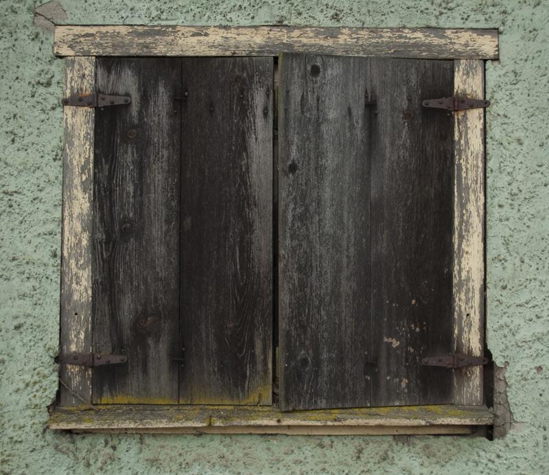 Vieux volet en bois Remplacer les bons vieux volets en bois avec de nouveaux voletsélectriques  # Vieux Volet En Bois